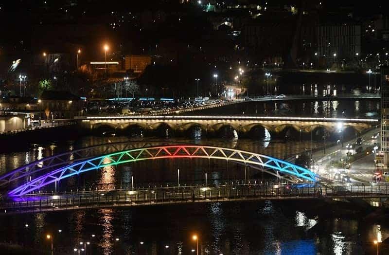 Pont amb els colors de l'arc de sant martí