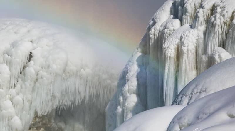 Cascades del Niàgara gelades amb un arc de Sant Martí